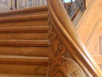Schwerpunkt Restaurierung (Aufarbeitung der historischen Wandverkleidung und Türen im Treppenhaus)
